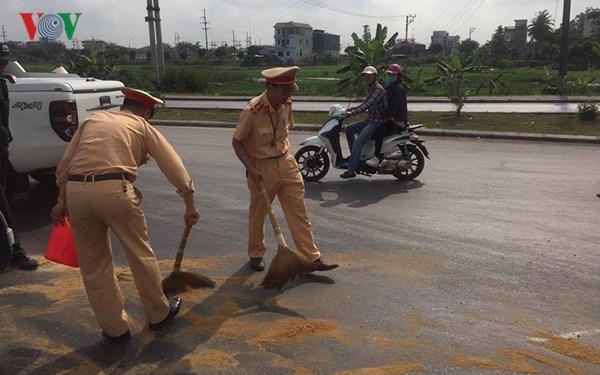 Hình ảnh đẹp của CSGT Quảng Ninh giúp tài xế thu dọn ngô rơi trên đường